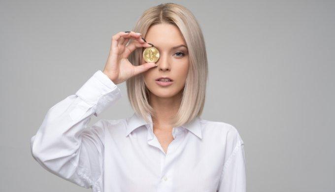 お金を眺める女性